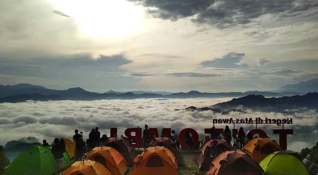 Pemandangan pagi hari Totombi lolai negeri di atas awan